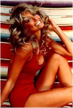 One of the most recognized portraits in the this iconic photo of modern pin up girl Farrah Fawcett graced many a dorm room wall. Farrah Fawcett, Twiggy, Teenager Mode, Cheryl Tiegs, Pin Up, Beautiful People, Beautiful Women, Beautiful Smile, Gorgeous Lady