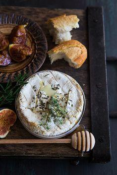 Сырная тарелка: какие сыры выбрать, с чем подавать.