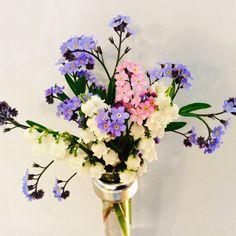 Un bouquet de bonheur Glass Vase, Bouquet, Home Decor, Bonheur, Homemade Home Decor, Bouquets, Floral Arrangements, Decoration Home, Nosegay