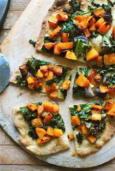 Butternut Squash and Kale Pizza Kale and butternut squash pizza. Maybe tonight.Kale and butternut squash pizza. Maybe tonight. Pizza Recipes, Whole Food Recipes, Vegetarian Recipes, Cooking Recipes, Healthy Recipes, Kale Recipes, Butter Nut Squash Recipes, Cooking Tips, Kale Pizza