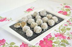 Przepis na domowe trufle orzechowo-kokosowe z dodatkiem nasion chia, wodą kokosową i płatkami jaglanymi.