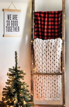 Add some festive flair with this super easy DIY blanket ladder decorated for Chr. - Farmhouse Decor Ideas for the Modern Farmhouse - Christmas: Holiday Traditions and Gifts Decoration Christmas, Farmhouse Christmas Decor, Farmhouse Decor, Holiday Decor, Farmhouse Design, Rustic Christmas, Rustic Blanket Ladder, Rustic Blankets, Diy Blankets