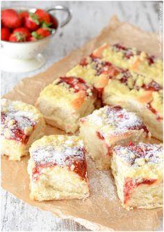 Kleines Kulinarium: Puddingbuchteln mit Erdbeerfüllung und Streuseln