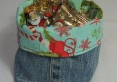 Darling Christmas basket from old denim and holiday flannel print! Fill with holiday happies, stocking stuffers or holiday treats for a nice gift! Christmas Bags, Christmas Fabric, Xmas, Christmas Baskets, Christmas Ideas, Christmas Ornaments, Sewing Hacks, Sewing Projects, Fleece Projects
