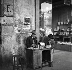 """Una fotografía de 1949 donde se aprecia a un escribano o """"evangelista"""" atendiendo a un cliente en los portales de la Plaza de Santo Domingo."""