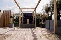 Exclusieve daktuin met waterelement en houten vlonder terras