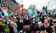 mensen verzamelen nu in grote getallen om een protest in gang te zetten, ook maken ze gebruik van megafoon, spandoeken,..