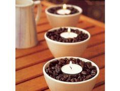 De la deco qui sent bon Pour eviter les odeurs de cuisine ou de tabac, remplissez des coupelles de grains de cafe avant d y mettre une bougie chauffe-plat. Arome delicieux assure !