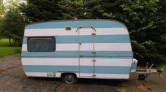 Doller Wohnwagen in hellblau-weisser Streifenoptik. Alles gut in Schuss…