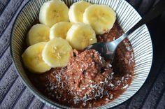 Porridge crémeux au chocolat, banane et noix de coco