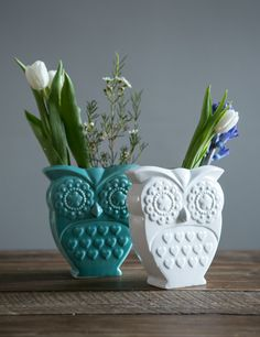 Our retro porcelain owl vase looks sweet either on its own or filled with flowers - available in blue or white.