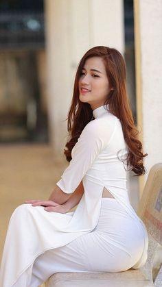 Most Beautiful girls and Sexy Babes! Vietnamese Clothing, Vietnamese Dress, Vietnamese Traditional Dress, Traditional Dresses, Oriental Dress, Vietnam Girl, Beautiful Asian Women, Ao Dai, Asian Woman