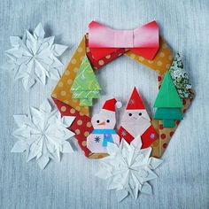 Origami Christmas Wreath Designed by Kamikey Snowflakes designed by Dennis Walker Folded by Majomajo Christmas Stockings, Christmas Wreaths, Christmas Crafts, Christmas Decorations, Xmas, Holiday Decor, Origami Wreath, Diy And Crafts, Paper Crafts