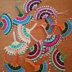 Efe oya of the Aegean region # efeoyası # iĝneoyası # elemeĝi # handiwork # local - Jewelry Flowers Crochet Lace Scarf, Hand Crochet, Crochet Necklace, Hand Knit Bag, Macrame Wall Hanging Diy, Crochet Borders, Crochet Stitches, Wool Art, Button Crafts