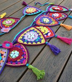 ideas for granny mini triangle bunting Appliques Au Crochet, Crochet Motif, Crochet Designs, Crochet Doilies, Crochet Flowers, Crochet Patterns, Crochet Home, Love Crochet, Crochet Crafts