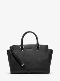 Perfetto connubio di stile ed eleganza, la borsa a mano Selma rappresenta la quintessenza della borsa trendy della stagione. I motivi grafici e il design intramontabile le donano uno stile di tendenza, stagione dopo stagione. Indossala a spalla per un look chic o a tracolla per una maggiore libertà di movimento.
