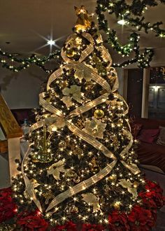 Pinner says Gold Music Themed Christmas Tree. I really like the way they did the ribbon on this tree. & How-To Video: 5 Ways to Use Ribbon on Your Christmas Tree ...