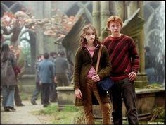 Ron Weasley and Hermione Granger - Harry Potter Ron And Hermione, Harry Potter Hermione, Harry Potter Movies, Harry Potter World, Ron Weasley, Hermione Granger, Hp Movies, Films, Images Emma Watson