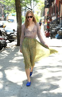Suki Waterhouse en robe Philosophy di Lorenzo Serafini et mocassins Gommino de Tod's à New York