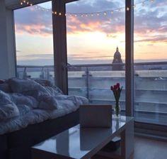 Комната, интерьер, большие окна, спальня, красивый вид, облака, небо, стол, цветы в вазе, кровать, идея для дома