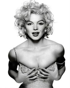 This photo is actually not entirely Marilyn. It is a very nice photo-shop combination of Marilyn and Madonna. Notice the body of Madonna is more muscular and toned compared to the curvy Marilyn. it works! Marylin Monroe, Marilyn Monroe Fotos, Patrick Demarchelier, Divas, Madona, Viejo Hollywood, Photos Rares, Joe Dimaggio, Gentlemen Prefer Blondes
