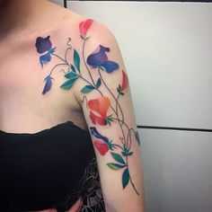 Sweet peas for wonderful Bethany! Thank you! #sweetpeastattoo #colortattoo #rocknrolltattoodundee