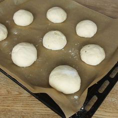 6. Lägg bollarna på en plåt med bakplåtspapper. Låt dem jäsa under bakduk i ca 20 min. Sätt ugnen på 250 grader. 20 Min, Hamburger, Bread, Food, Brot, Essen, Baking, Burgers, Meals
