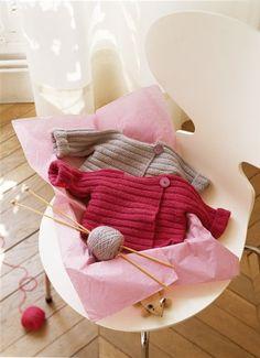 Gilet de bébé tricoté d'un seul tenant en côtes plates avec bouton  d'abalone Marie claire idees #54
