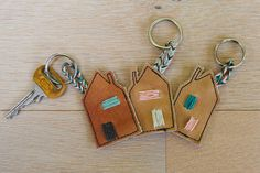 van een oude leren laars! Leather Scraps, Diy Accessoires, Leather Keyring, Diy Jewelry Inspiration, Felt Diy, Felt Hearts, Key Fobs, Leather Working, Key Rings