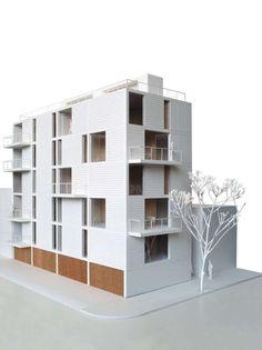 Alfonso Reyes Avenue와 Saltillo Street 코너에 8 개의 주거용 건물을 설계하는 이번 프로젝트는 17미터 높이의 단일 제스처로 코너를 디자인함으로써 건물을 긴 경계에서 분리시켜 정면의 입구와 발코니가 대칭되는 구조적 리듬으로 표현하고자 했다. 중공 콘크리트 블록의 벽에 부착된 콘크리트의 단단한 프레임은 구조에 추가적 강성을 더한다. The commission was to design a building for 8 dwellings on the corner of..