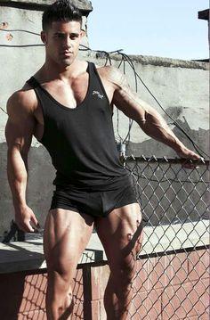 Bodybuilder joven Santiago Aragon