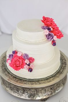 Simplicity in its style, this gorgeous #wedding cake is subtly embellished with sugar flowers x