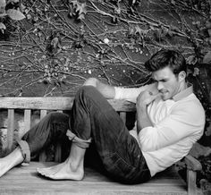 Scott Eastwood - He likes to show off his fine feet !