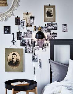 Przyda ci się kilka pomysłów do sypialni w rustykalnym stylu? Wypróbuj jeden z pomysłów IKEA do sypialni – ścianę ze zdjęciami wokół ramy łóżka! IKEA oferuje mnóstwo tradycyjnych ram łóżek, takich jak czarnobrązowa rama łóżka IKEA HEMNES N! Wykonana jest z drewna pozyskiwanego w zrównoważony sposób.