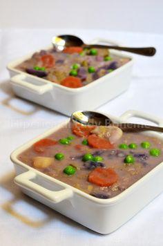Italian Food - Zuppa con pane raffermo, verdure e legumi (Tuscan vegetable and bread soup)