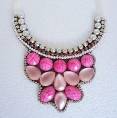 Maxi colar confeccionado no feltro marrom com acabamento em fita de cetim bege.  Com pedras em diversos tons de rosa, strass rosa e furtacor.