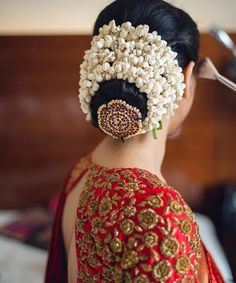 bun hairstyle with saree for short hair South Indian Wedding Hairstyles, Bridal Hairstyle Indian Wedding, Bridal Hair Buns, Bridal Hairdo, Hairdo Wedding, Indian Bridal Makeup, Bridal Hairstyle For Reception, Wedding Bride, South Indian Hairstyle