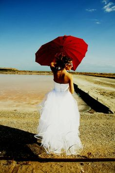 Dans nos mariées de cette semaine,  notre mariée porte notre robe de mariée OPERA en satin duchesse et tulle,composée d'un bustier souligné d'une arabesque de volutes. Suzanne-Ermann.com