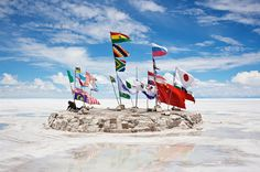 Salar de Uyuni, Bolívia - O deserto de sal rodeado de vulcões a quase 4 mil metros de altitude é inóspito e belo. A quebrar a imensidão branca, só os cactos gigantes.