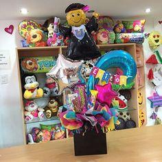 ¡Éxitos! 💕🎓 #JoliandGift Flower Box Gift, Flower Boxes, Graduation Card Boxes, Balloon Basket, Weird Gifts, Chocolate Bouquet, Ideas Para Fiestas, Gift Baskets, Toy Chest
