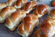 Dokonalé pudinkáče s vanilkovým krémem a jahodami   NejRecept.cz Hot Dog Buns, Hot Dogs, Hamburger, Bread, Food, Brot, Essen, Baking, Burgers