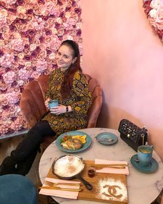 ROXANE - Switzerland : Coffee at Café Elena in Zürich, Switzerland. A super cute coffee spot in Zurich. If you love a flower wall, cute plating and a lot of pink, this coffee shop is for you! Visit Switzerland, Zurich, Flower Wall, Coffee Shop, Chloe, Plating, Super Cute, Pink, Shopping