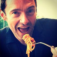 """Hugh Jackman posta imagem comendo macarrão e diz """"vale cada minuto na academia"""" >> http://glo.bo/1HZyPbw"""