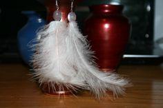 Cercei din pene albe, lungi, arcuite, cu margeluta mov sidefat. P10