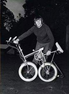 Ringo Starr folds a bike in his driveway, Weybridge, 1966 Ringo Starr, John Lennon Beatles, The Beatles, Beatles Band, Range Velo, Richard Starkey, Liverpool, Beatles Photos, The Fab Four