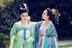 Hanfu:traditional Chinese costume. Fan Bingbing(left) and Zhang Junning(right) in 'Empress of China'.