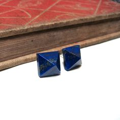 Lapis Lazuli Pyramid Post Earrings Stud Dark par nitelilyglamour, $36,00