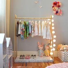 Detalhes de um quarto lindo e charmoso, com os móveis e acessórios da loja @cadodesignoficial . Nós amamos!    Para comprar as peças da @cadodesignoficial por aqui, é só clicar no linkhttp://bit.ly/2eoBSaI    #decoração #decor #quartoinfantil #quartodemenina #mãedemenina