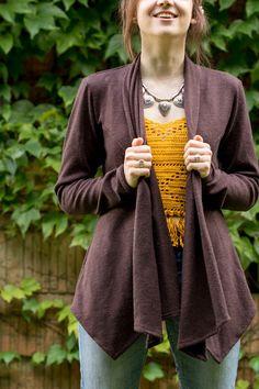 Scarf Neck Cardigan von Swoon Sewing Patterns | genähte Strickjacke aus…