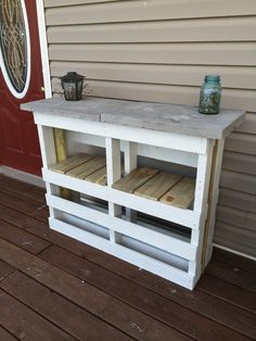 Deck Bar - Outdoor DiyDeck Bar Deck Bar The post Deck Bar appeared first on Outdoor Diy.Advertising / It works with us because . and a DIY bar made of fruit boxes. Diy Outdoor Bar, Diy Outdoor Furniture, Diy Pallet Furniture, Diy Pallet Projects, Diy Patio, Garden Projects, Backyard Pallet Ideas, Pallet Table Outdoor, Pallet Ideas For Outside